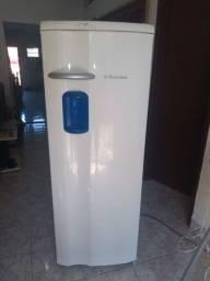Geladeira Eletrolux com água na porta