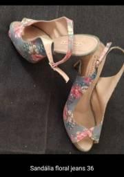 Sandália floral jeans