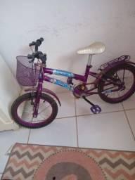 Vendo uma bicicleta infantil em bom estado em pouco tempo de uso