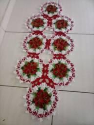 Caminho de mesa com flores em crochê