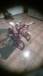 Duas bicicletas infantis