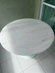 Título do anúncio: Vendo mesa com tampo em marmore branco e pé em fibra de vidro