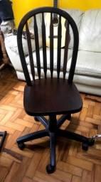 Cadeira de madeira com rodízios e  altura regulável