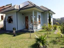 Casa em alto padrão de construção semi mobiliada, de frente para o asfalto e próximo ao ce