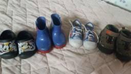 Roupas de criança e sapatos