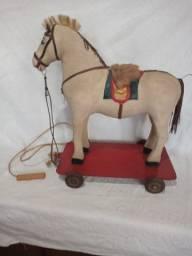 Cavalinho de brinquedo de puxar antigo