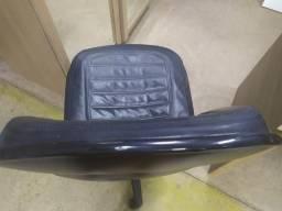 Cadeira para escritório de couro semi nova