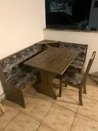 Vendo mesa de canto com bancos e cadeiras