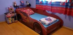 Cama, cômoda e painel de TV Carros Disney