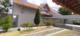 Alugo casa de alto padrão em Caruaru.