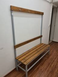 Banco vestiário em madeira, com cabideiro