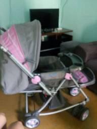 Um carrinho de bebê para menina.