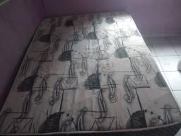 2 cama box ,e uma mesa de mármore e 4 cadeiras de plástico