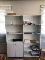 Armário de escritório branco aberto