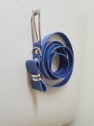Cinto azul com fivela