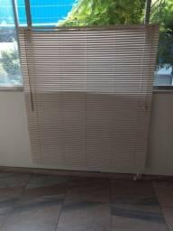 persiana de PVC bege.