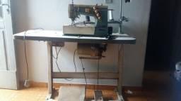 . uma máquina de costura ,, Galoneira