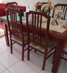 Mesa bem conservada