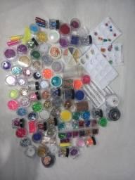 Esmaltes, glitter, e adesivos