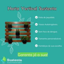 Horta vertical com vasos autoirrigáveis