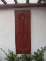 Madeira entalhada com réplica de guitarra