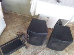 Duas caixas e amplificador bem conservados