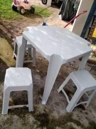 Mesa de plástico com 3 banquinho