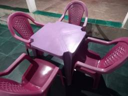 Nessa com cadeiras