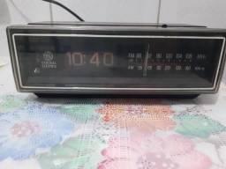 Rádio Despertador General Elétric GE 70345C década de 70 Funcionando