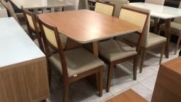 Mesa pequena cadeiras de madeira encosto telinha
