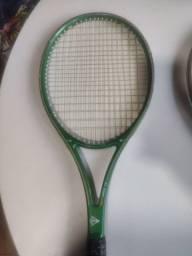 Vendo três raquetes de tênis.