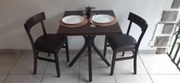 Mesas com cadeiras acolchoadas