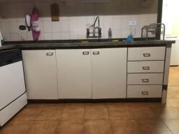 Pia de cozinha com armários e granito