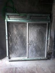 Janela de ferro com grade e vidro usada por $ 120 reais.