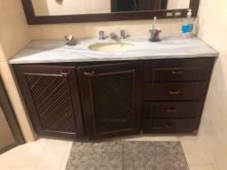 Pia com armário de banheiro e granito