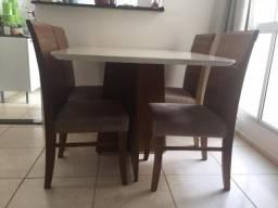 Mesa de jantar com cadeiras de madeira maciça