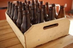 Engradados de madeira e garrafas para cervejeiro