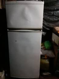 Tenho uma geladeira Brastemp pra vender