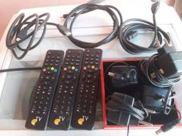 Cabo Hdmi, controle remoto de tv Oi e fonte de alimentação 12v.