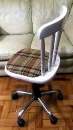 Cadeira em madeira branca com rodízios e regulagem de altura