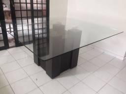 Mesa de vidro com seis cadeiras.