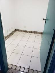 Ótima sala com luminárias e piso cerâmico de 29m² no Maracanã.