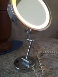 Espelho de maquiagem com aumento.