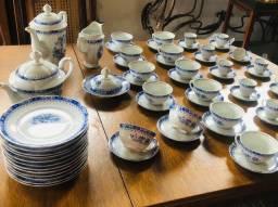 Conjunto de porcelana branca e azul filetado a ouro 64 tota