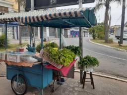Carrinho de tempero, verduras e legumes.