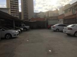 Lote com estacionamento