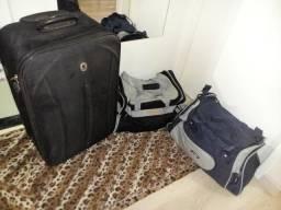 Vendo kit tres malas sendo uma de rodinhas e duas tipo bolsa