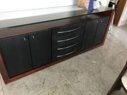 Aparador com 4 gavetas e duas portas em embuia e detalhe preto