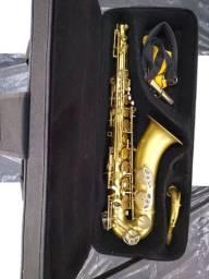 Saxofone Tenor Maicon com case de costas