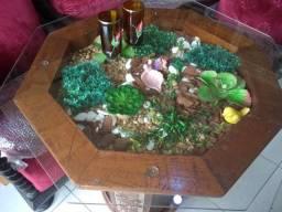 Mesa madeira decorativa com detalhes talhados